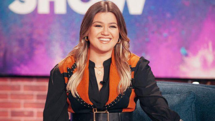 Kelly Clarkson enjoys a girls getaway to Las Vegas amid a divorce